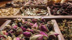 ¿Qué son los perfumes orientales? Una de las características que hacen reconocibles a los perfumes orientales es, por supuesto, el tipo de aromas que poseen, tanto para las fragancias masculinas como para las femeninas.