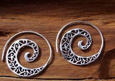 Diese Klassischen Spirale Ohrringe bestehen aus hochwertigem weißen Messing mit 3 Mikrometer von 100 % Silber beschichtet. Nach unserer Erfahrung erlischt diese Silberbeschichtung nicht, wenn es vorsätzlich verletzt ist. ALS PAAR VERKAUFT  Abmessungen:  Durchmesser: 33 mm / 1,29 Zoll Bar-Größe: 0, 9mm / 0,04 Zoll  Gewicht: 2g  Mehr Boho Ohrringe in unserem Shop-Bereich: https://www.etsy.com/shop/CatSamJewelry?ref=hdr_shop_menu§ion_id=18328051  Jedes Ele...