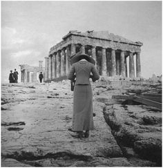 Amateur photographer :: Woman photographing the Parthenon at the Acropolis, Athens, Greece, circa 1900 (probably From the exposition 'Le photographe photographié'. History Of Photography, White Photography, Old Pictures, Old Photos, Vintage Photographs, Vintage Photos, City Ville, Parthenon Athens, Greek History