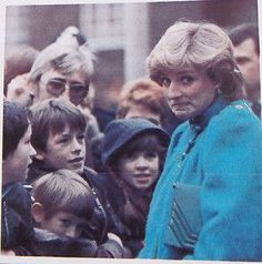 January Princess Diana meeting the crowds at the Dick Sheppard School in Tulse Hill, Brixton. Princess Diana Images, Princess Diana Family, Princes Diana, Princess Of Wales, Royal Princess, Diana Williams, Diana Fashion, Lady Diana Spencer, Face Expressions