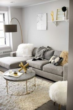 Having small living room can be one of all your problem about decoration home. To solve that, you will create the illusion of a larger space and painting your small living room with bright colors c… Living Pequeños, Cozy Living Rooms, Living Room Grey, Living Room Modern, Living Room Designs, Living Room Decor, Small Space Living Room, Small Apartment Living, Small Room Design
