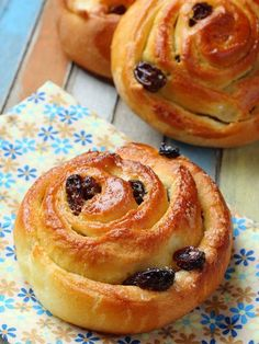 un pain aux raisins Breakfast Pastries, Bread And Pastries, French Pastries, Pain Aux Raisin Recipe, Croissants, Pain Aux Raisins, Raisin Recipes, Desserts With Biscuits, French Desserts
