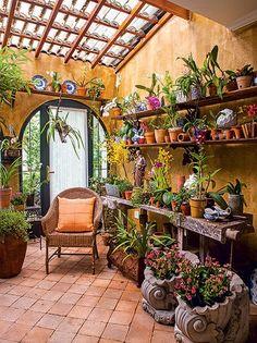 A falta de quintal ou varanda não é desculpa para deixar de ter um jardim. O hall de entrada desta casa foi transformado em um orquidário pela arquiteta paisagista Michelle Simoncello Boccalato