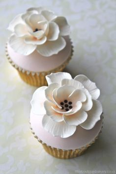 Peach & Ivory  Flower Cupcakes.  This site also has dozens of gorgeous cake inspirational photos!  Amazing flowers and soft pastel cake colors, Lovely!