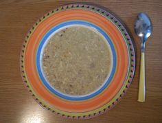 Für die Haferflockensuppe die Butter in einem Topf schmelzen und die Haferflocken darin goldbraun anrösten. Mit der Gemüsesuppe aufgießen und