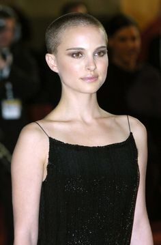 Natalie Portman–and 22 other women who completely nailed the buzz cut Buzz Cut Hairstyles, Popular Hairstyles, Pretty Hairstyles, Buzz Haircut, Natalie Portman, Very Short Hair, Short Hair Cuts, Short Hair Styles, Buzz Cut Women