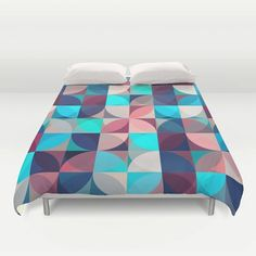"Sleep and dream of colours with our ""70's retro flowers"" duvet cover*. This geometric duvet cover will lighten up any room."