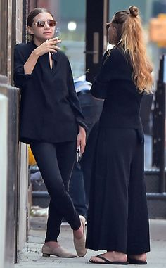 Photos via: DailyMail UK Mary-Kate and Ashley Olsen were spotted in New York City in all-black fall looks. Ashley paired a simple tuni. Mary Kate Olsen, Mary Kate Ashley, Elizabeth Olsen, Ashley Olsen Style, Olsen Twins Style, All Black Fashion, Autumn Fashion, Style Fashion, Petite Fashion