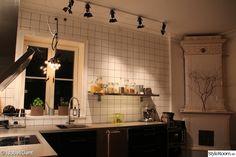 vägghylla,köksfönster,köksskåp,kök,svarta köksluckor