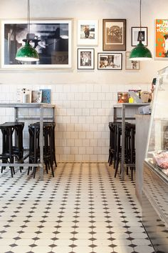 Rutigt klinkergolv med vit och grön fris. Snickerier målade med linoljefärg. Bistro Kitchen, New Kitchen, Modern Floor Tiles, Tile Floor, Stockholm, Black And White Tiles, Restaurant New York, Restaurant Interior Design, Floor Design