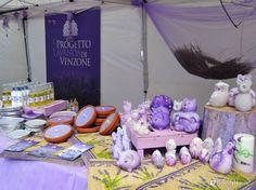 """Ottime candele al profumo di lavanda esposte in piazza Sordello a Mantova durante la """"Festa della lavanda""""."""