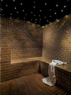 Baño Spa con #azulejos de #ArtAntic en tono marrón envejecido