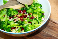 Broccolisalat er både smuk og sund. Letdampede buketter af broccoli vendes med blandt andet tørrede tranebær og pinjekerner. Og så dryppes en dejlig dressing med akaciehonning over. Foto: Guffeliguf.dk.