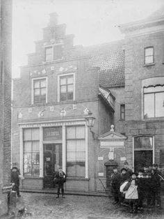 Bakkerij   Graven 1  gesloopt 1894, gefotografeerd  vanuit de Papenstraat. Deventer