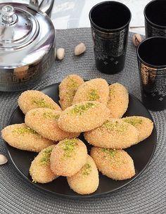 Délices d'Orient: Petits Gâteaux à la semoule Biscuit Cake, Biscuit Cookies, Kaak Recipe, Eid Cake, Turkish Recipes, Ethnic Recipes, Sesame Cookies, Tunisian Food, Middle Eastern Desserts