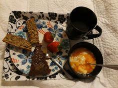 Algo rico y sano, simple de preparar. 1 manzana roja rallada, 2 plátanos molidos, 2,5 tazas de harina de avena, 1 chucharada de bicarbonato, 2 cucharas de miel, 1 cucharadita de cacao y canela, mezclar y llevar al horno 20 minutos a temperatura media.