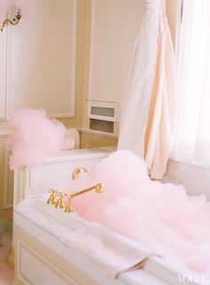 Pink Bubbles {Vogue Magazine, Ritz Hotel Paris} From Mrs. Lilien so girly - pink bubblies! Pink Love, Pretty In Pink, Pale Pink, Perfect Pink, Pink Sparkly, Hot Pink, Tout Rose, Mode Glamour, Pink Bubbles