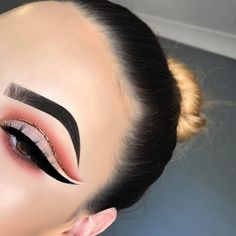"""549 Likes, 26 Comments - Emily Richards (@em.ii.ly) on Instagram: """"smoked out peach with a liquid gold cut crease ⚡️ DETAILS✨ EYES- @morphebrushes 350 Palette…"""""""