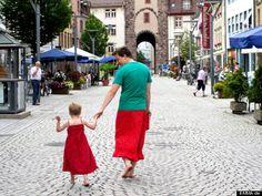 Tăticul care poartă fustă, pentru a-și susține copilul-Nu e o glumă, ci o poveste cât se poate de adevărată și de admirat.