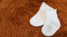 Crochet Baby Mittens Newborn crochet baby socks free pattern with video tutorial Crochet Baby Mittens, Crochet Baby Blanket Beginner, Newborn Crochet Patterns, Crochet Baby Cardigan, Crochet Baby Booties, Crochet Slippers, Baby Patterns, Baby Knitting, Knitting Socks