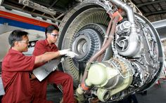 (10) The first 2 years, Xiao worked as an Aircraft Maintenance Engineer with several well experienced co-workers. They told him that RB211 engine was the first three-spool engine, and it was to turn Rolls-Royce from a significant player in the aero engine industry into a global leader.
