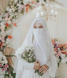 Muslimah Wedding Dress, Muslim Wedding Dresses, Muslim Brides, Muslim Couples, Dress Wedding, Niqab Fashion, Muslim Fashion, Beautiful Hijab, Beautiful Bride