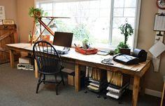 Mesa de trabalho em escritório feita de paletes.
