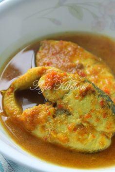 Azie Kitchen: Ikan Tenggiri Masak Singgang Pedas Spicy Recipes, Fish Recipes, Seafood Recipes, Asian Recipes, Cooking Recipes, Recipies, Malaysian Cuisine, Malaysian Food, Malaysian Recipes