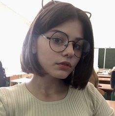 Pinterest: @birkadehmelek Chico Indie, Cute Glasses, Girls With Glasses, Hair Inspo 2018, How To Look Pretty, Pretty Face, How To Look Better, Sad Girl, Girl Short Hair