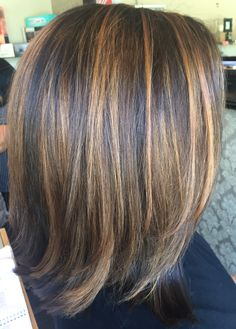 Darkened root-ends, balayage highlights haar kastanie Brown Hair With Blonde Highlights, Brown Hair Balayage, Hair Color Balayage, Hair Highlights, Short Balayage, All Over Highlights, Caramel Balayage Highlights, Color Highlights, Medium Hair Cuts