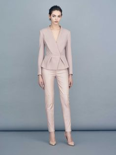 Looking for office outfit ideas? Look at this wonderful beige business suit paired with beige stilettos! It's a perfect outfit to wear to work Business Casual Dresscode, Business Attire, Business Outfits, Office Outfits, Business Formal, Office Wear, Blazer Fashion, Suit Fashion, Fashion Outfits