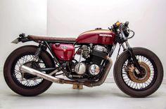 Ce custom est issue de la Honda 750 four C'est la première fois en Cb Cafe Racer, Cafe Racer Girl, Custom Cafe Racer, Cafe Racers, Honda Motorcycles, Custom Motorcycles, Custom Bikes, Honda 750, Scooters