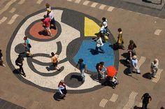 El centro de la Rambla de Barcelona lo marca un dibujo de Miró.