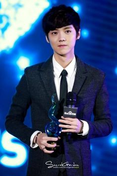 Luhan receives The Most Valuable Male Star Award at the '2014 Baidu Moments Conference'