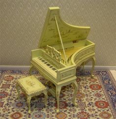 This miniature grand piano would make a great centerpiece.
