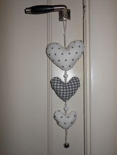 door hanger babyroom Door Hangers, Mobiles, Wind Chimes, Baby Room, Diy And Crafts, Hearts, Quilts, Outdoor Decor, How To Make