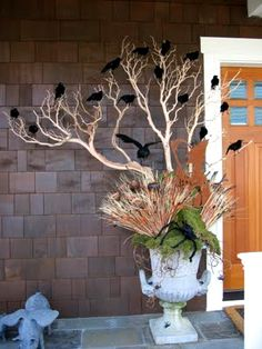 Halloween | Large tree branch in urn decorated with black ravens.  DIY craft ideas for front door or porch. Spooky Halloween, Halloween Crafts, Porche Halloween, Halloween Porch, Outdoor Halloween, Vintage Halloween, Holidays Halloween, Happy Halloween, Halloween Decorations