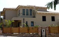גג עץ ספרוס צבוע בצבע לבן בשילוב גג כפרי מודרני רעפים מסדרת פורטוגז Roof Tiles, House Front, Design Ideas, Houses, House Design, Country, Architecture, Outdoor Decor, Home Decor