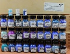 30 pigments: 27 x 30 ml glass, 3 x ca. 3 ml, in a wooden box Blue Pigment, Art Supply Stores, 30th Anniversary, Blue Tones, Blue Fabric, Spray Bottle, Wooden Boxes, Indigo, Purple