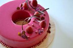 Glaze er det nye sort. Her bringer jeg min version af en elegant kage til valentines dag eventuelt.