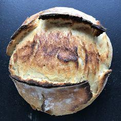 Pane Pugliese aus Hartweizen und Lievito Madre ist ein typisch süditalienisches Brot. Food Decoration, Kefir, Camembert Cheese, Pancakes, Grilling, Dairy, Bread, Dinner, Breakfast