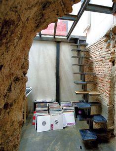 Unas escaleras voladas llevan a la planta baja donde Jay guarda su colección de discos