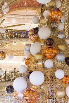 #1 : Je n'en reviens pas de toutes les jolies opportunités que m'apporte mon blog : il y a une dizaine de jours j'ai eu l'immense chance d'être invitée par les Galeries Lafayette afin d'assister au montage du sapin de Noël de cette année, un dimanche soir dans lemagasin désert (bluffant!). C'était totalement fou d'assister...  Lire la suite »
