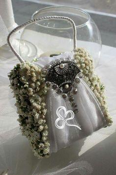 Borsettina personalizzata con fiori e decori per damigelle d'onore. Una chicca di gran classe