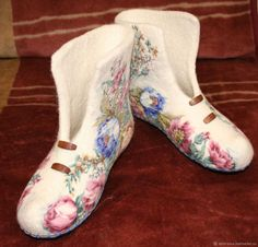 Livemaster - hecho a mano Se permiten valenochki la rosa Azul. Felt Booties, Felt Shoes, Felted Slippers Pattern, Wool Embroidery, Fancy Shoes, How To Make Shoes, Wet Felting, Handmade Clothes, Knitting Socks