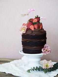 Chokoladelagkage i tre lag med den lækreste Nutella-frosting og friske jordbær. Så bliver det nærmest ikke mere lækkert! Få opskriften hos Copenhagen Cakes.