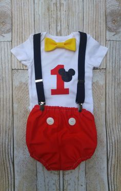 Cumpleaños Mickey Mouse traje mono de por KennedyCoBabyGoods Más Mickey Mouse Theme Party, Mickey Mouse Outfit, Baby 1st Birthday, Mickey Mouse Clubhouse, Mickey Mouse Birthday, Fiesta Micky, Fiesta Mickey Mouse, Minnie Mouse, Mickey Smash Cakes