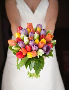 fleurs mariage 2015: bouquet de mariée de tulipes multicolores