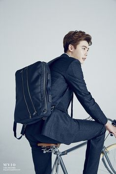 7 Dapper photos of Lee Jong Suk as a perfect employee