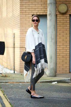 Look de moda: Poncho de Rayas Horizontales Blanco, Pantalones Pitillo de Cuero Grises, Mocasín de Cuero Negros y Blancos, Bolso Bandolera de Cuero Negro